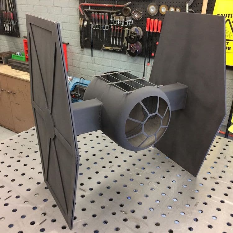 Star Wars Tie Fighter Fire Pit par Simon Gould