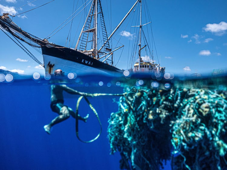 Plongeur de l'Ocean Voyages Institute Transportant du plastique depuis le Great Pacific Garbage Patch