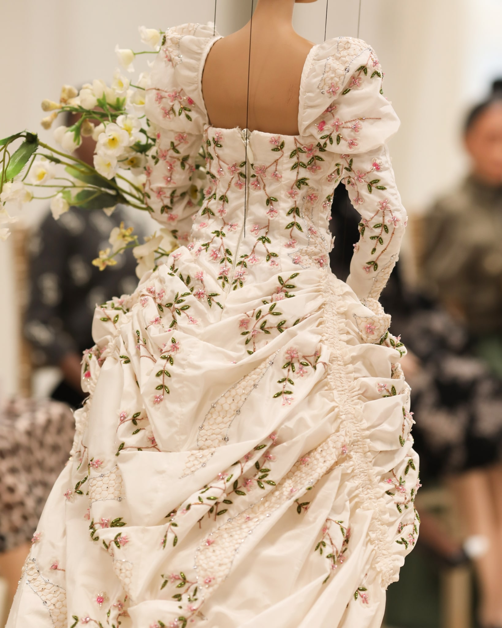 Marionnette portant une robe Moschino