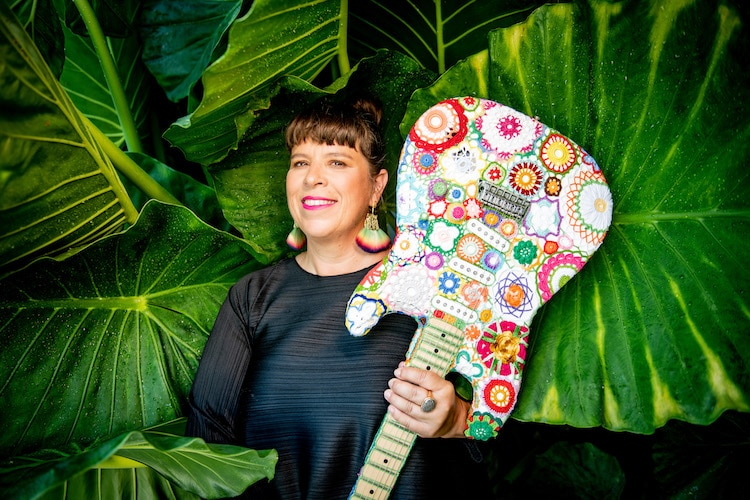 Guitare Flower Power au crochet par Joana Vasconcelos